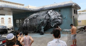 Manatí hecho con basura plástica por el artista portugués Bordalo II, en una gasolinera abandonada en la calle Villa. (Voces del Sur)