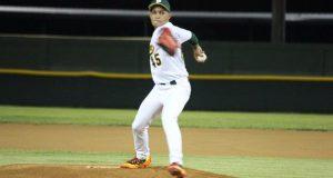 El lanzador de los Jueyeros de Maunabo Pedro Pedraza realiza un lanzamiento.