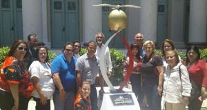 La clase graduada de 1997 junto al artista y profesor Tato González. (Facebook / The Original Class Ponce High School 1997)