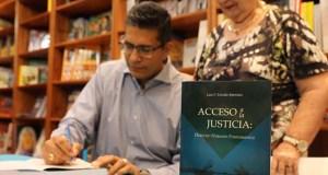 El juez Luis Estrella Martínez durante la presentación de su libro en Plaza Las Américas. (Rama Judicial de Puerto Rico)