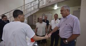 Thomas Rivera Schatz se reunió con confinados de la Institución Correccional 1000 en Guayama. (Suministrada)