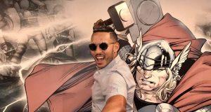 Carlos Correa posó con una réplica del martillo del superhéroe Thor.
