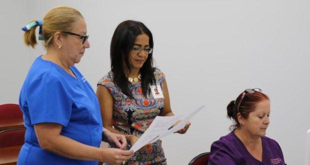 La coordinadora Cynthia Pacheco Laboy conversa con la administradora del Hospicio La Guadalupe, María Rivera.