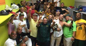 Los integrantes de los Jueyeros de Maunabo celebraron la clasificación.