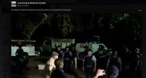 Los policías entraron esta madrugada al Campamento contra las cenizas en Peñuelas. (Captura / Facebook / Luis Enrique Martínez)