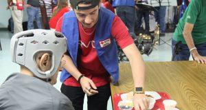 Un joven aporta como voluntario durante un evento de la Cruz Roja Americana Capítulo de Puerto Rico.