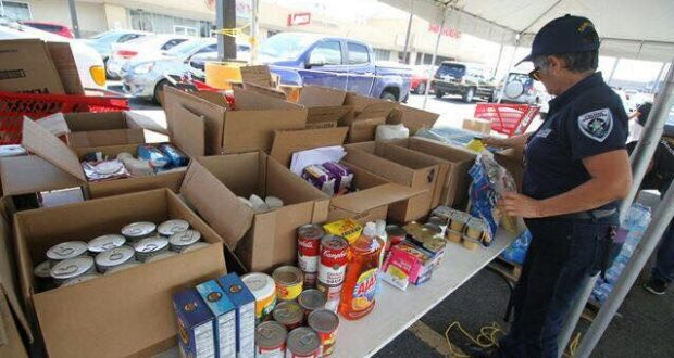 El supermercado Selectos, Maunacoop, Salicoop, L. Ortiz Trucking y el Municipio de Salinas se unieron para hacer la recolecta en el estacionamiento del supermercado.