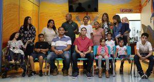 Clavell Fontanéz, junto a pacientes y padres denunció el incumplimiento por parte de Salud y la Primera Dama.