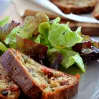 Cake aux lardons, noix et roquefort