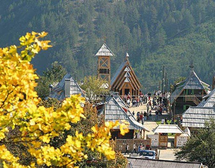 Kustendorf Drvengrad à l'automne
