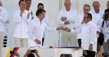 Com todos os convidados vestidos de branco, presidente da Colômbia e líder das Farc assinam acordo de pazAgência Lusa/EPA, Ricardo Maldonado/Direitos Reservados