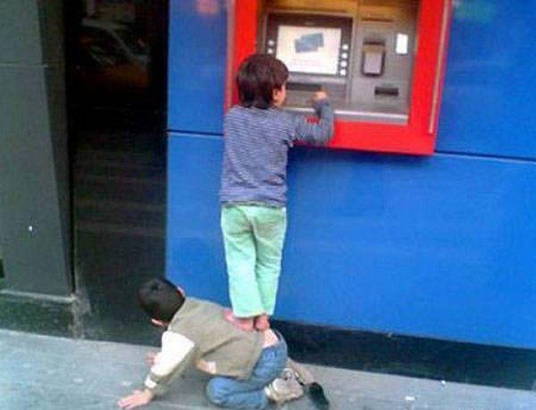 strange people at atm 05 10 Strangest People At ATMs