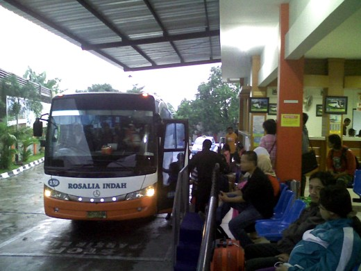 Suasana Agen Bus Rosalia Indah Solo