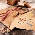 Ledertasche, Knochennadel, Flintmesser