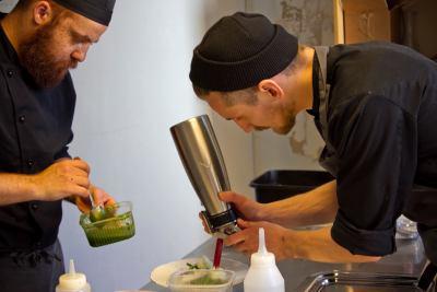 From Waste to Tasten kokit Ossi Paloneva (oik.) ja Yassine Errehani.