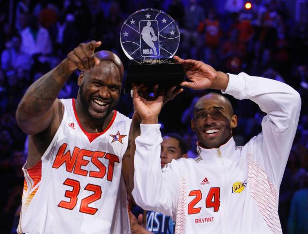 co-mvp-shaquille-o-neal-kobe-bryant-raise-trophy-2009-all-star-game