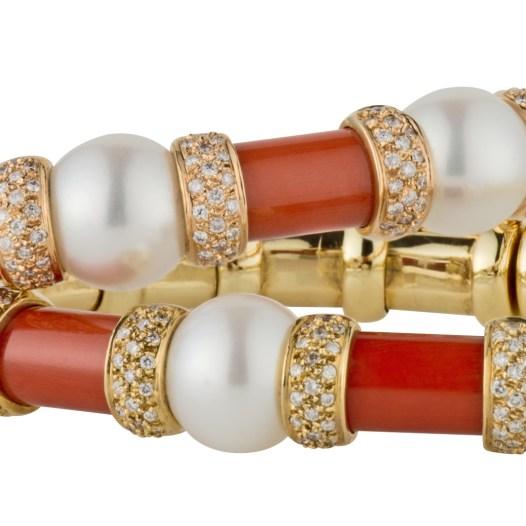 Brazaletes de oro amarillo o rosa con coral, perlas y diamantes de la colección ABYSSE de Berger Joyeros.
