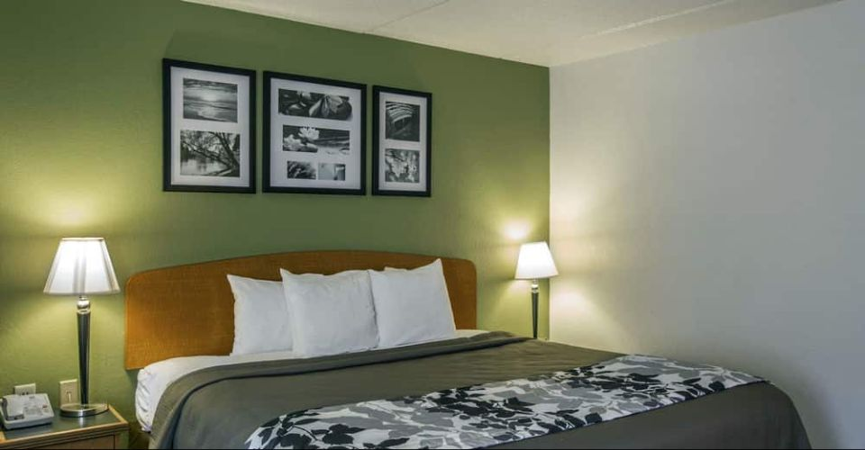 Single King Room at the Sleep Inn Suites in Gatlinburg 960