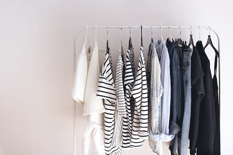 капсульный гардероб минимализм белые стены
