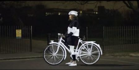 LifePaint, el spray para ciclistas que se ilumina con la luz de un auto