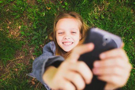 Conoce los peligros de compartir videos y fotos de menores en redes sociales