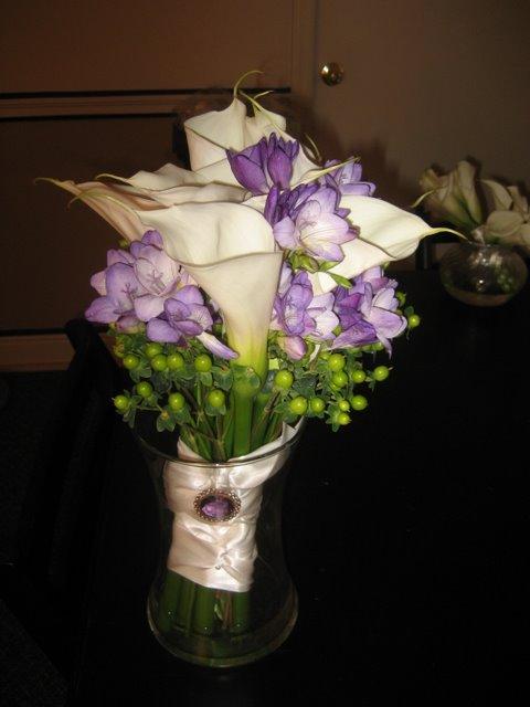 Grandmother\'s brooch dresses up a bridal bouquet