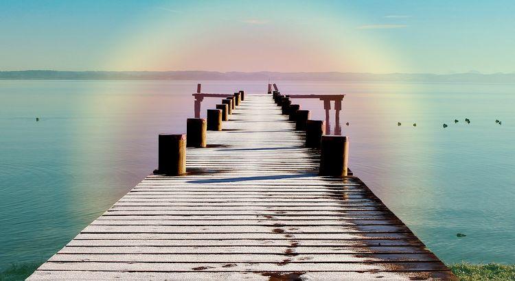 Man muß nie verzweifeln, wenn einem etwas verloren geht, ein Mensch oder eine Freude oder ein Glück; es kommt alles noch herrlicher wieder. Was abfallen muß, fällt ab; was zu uns gehört, bleibt bei uns, denn es geht alles nach Gesetzen vor sich, die größer als unsere Einsicht sind und mit denen wir nur scheinbar im Widerspruch stehen. Man muß in sich selber leben und an das ganze Leben denken, an alle seine Millionen Möglichkeiten, Weiten und Zukünfte, dem gegenüber es nichts Vergangenes und Verlorenes gibt. - Weisheit von Rainer Maria Rilke