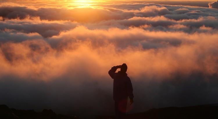 Optimismus ist die Fähigkeit, den blauen Himmel hinter den Wolken zu ahnen. - Madeleine Robinson