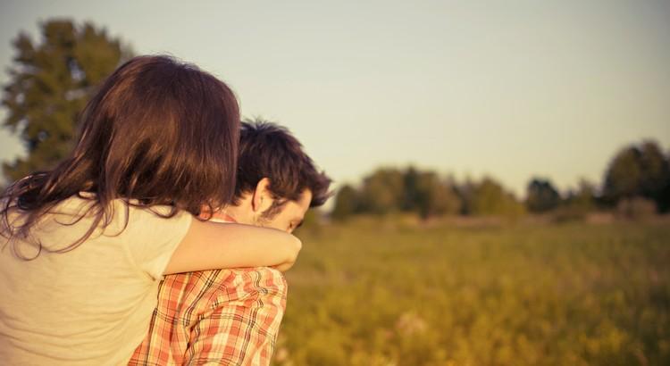 Es ist ein weit verbreiteter Unfug, daß die Liebe über die Freundschaft gestellt wird und außerdem als etwas völlig anderes betrachtet. Die Liebe ist aber nur soviel wert, als sie Freundschaft enthält, aus der allein sie sich immer wieder herstellen kann. Mit der Liebe der üblichen Art wird man nur abgespeist, wenn es zur Freundschaft nicht reicht. - Bertholt Brecht