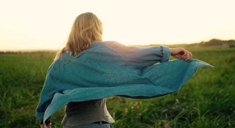 Wenn die Liebe dir winkt, folge ihr, sind ihre Wege auch schwer und steil. Und wenn ihre Flügel dich umhüllen, gib dich ihr hin, auch wenn das unterm Gefieder versteckte Schwert dich verwunden kann. Und wenn sie zu dir spricht, glaube an sie, auch wenn ihre Stimme deine Träume zerschmettern kann wie der Nordwind den Garten verwüstet. - Khalil Gibran