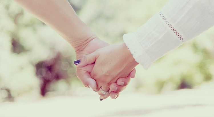 Wenn man umgeben von Menschen ist, die einen lieben, auffangen und vertrauen, egal was passiert, besitzt man ein Geschenk, das alle anderen Geschenke überflüssig macht. - Esragül Schönast