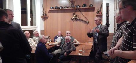 Auch das ist Gemeinschaft in Siddinghausen: Klönabend in der Dorfmitte, hier mal mit dem Bürgermeister.