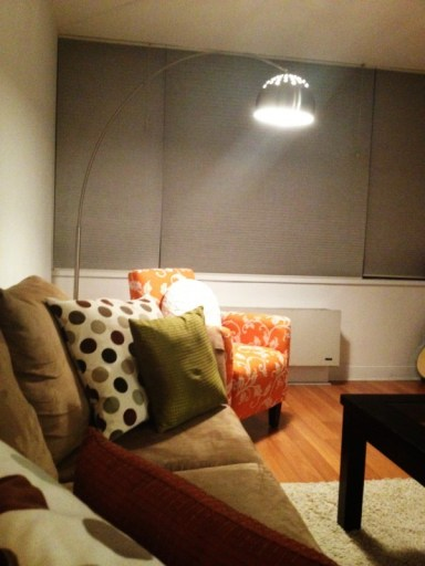 How to decorate small spaces apartment decorating whats ur home story - Deco room oranje ...