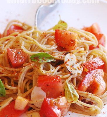 EASY PEASY SPAGHETTI WITH MARJORAM AND TOMATOES