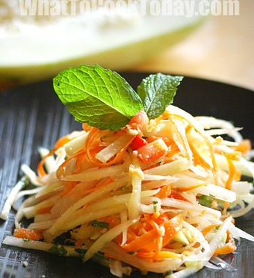 THAI GREEN PAPAYA SALAD / SOM TUM