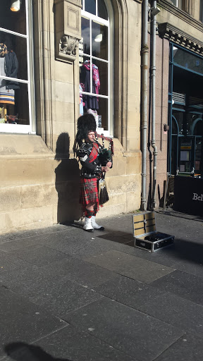 Bagpiper on our way to St. Giles