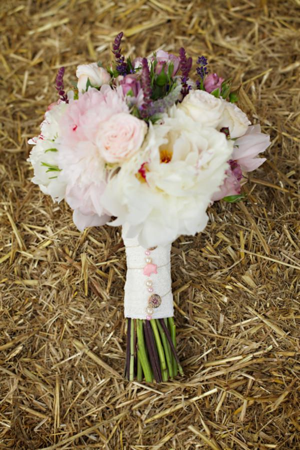 cream wedding bouquet http://www.milkbottlephotography.co.uk/
