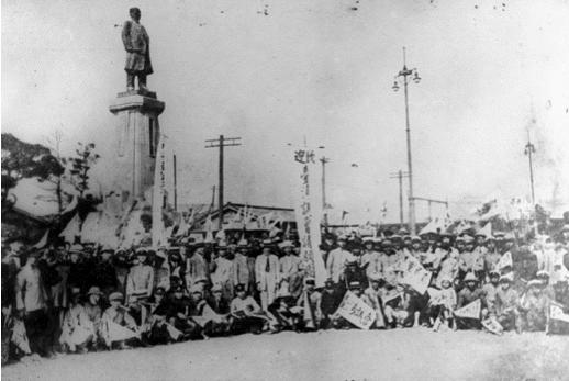 圖片來源:維基百科。內容:1924年,臺灣議會請願團於東京車站合影留念。