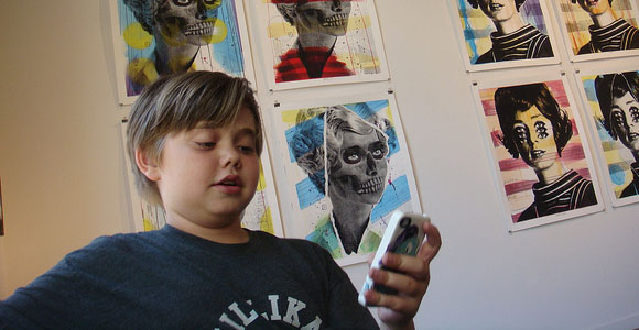 kid-with-smartphone