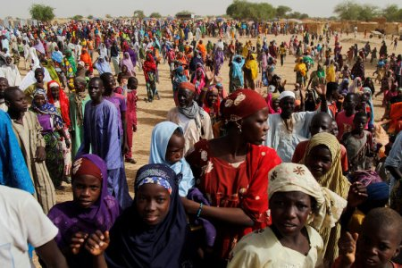 Nigerian refugees and displaced Nigeriens gather at the Boudouri site for displaced persons outside the town of Diffa in southeastern Niger June 18, 2016. Picture taken June 18, 2016. REUTERS/Luc Gnago