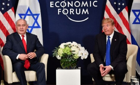US President Donald Trump (R) speaks with Israel's Prime Minister Benjamin Netanyahu at a World Economic Forum meeting in Davos, Switzerland, on January 25, 2018 (AFP Photo/Nicholas Kamm)