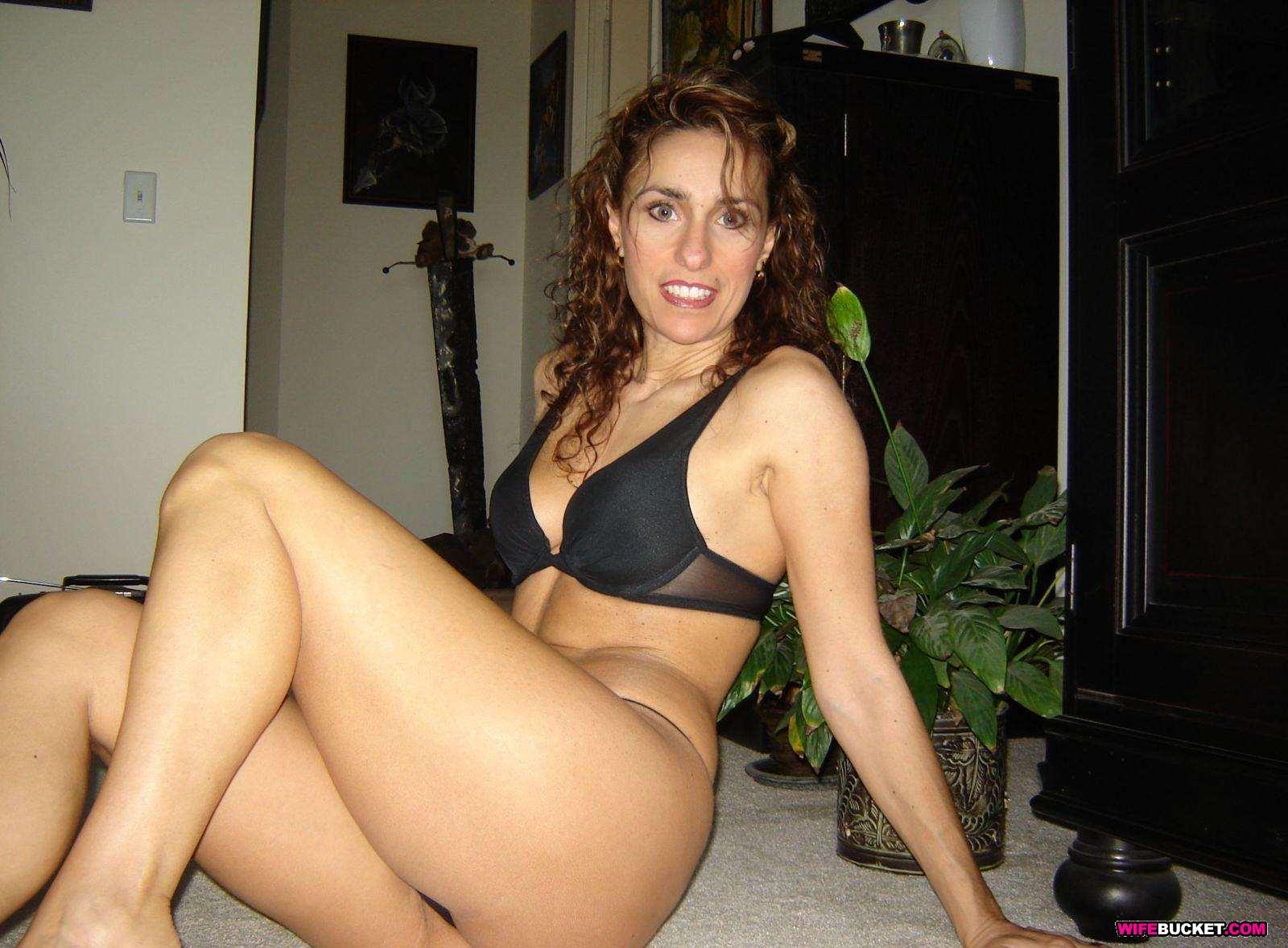 amateur brunette milf wife nude