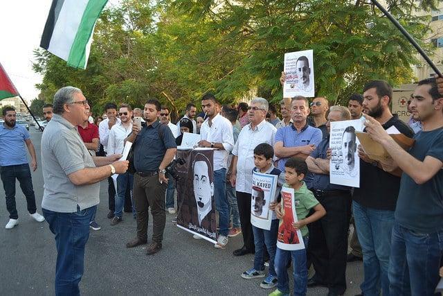 بالصور / اعتصام دعماً للأسير الكايد وسعدات أمام الصليب الأحمر