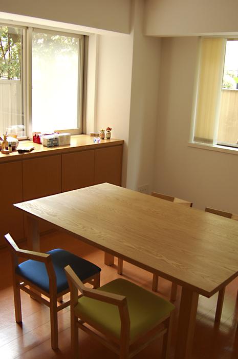 無垢オーダーテーブル、スタンダードテーブルとピコチェアご納品の様子です