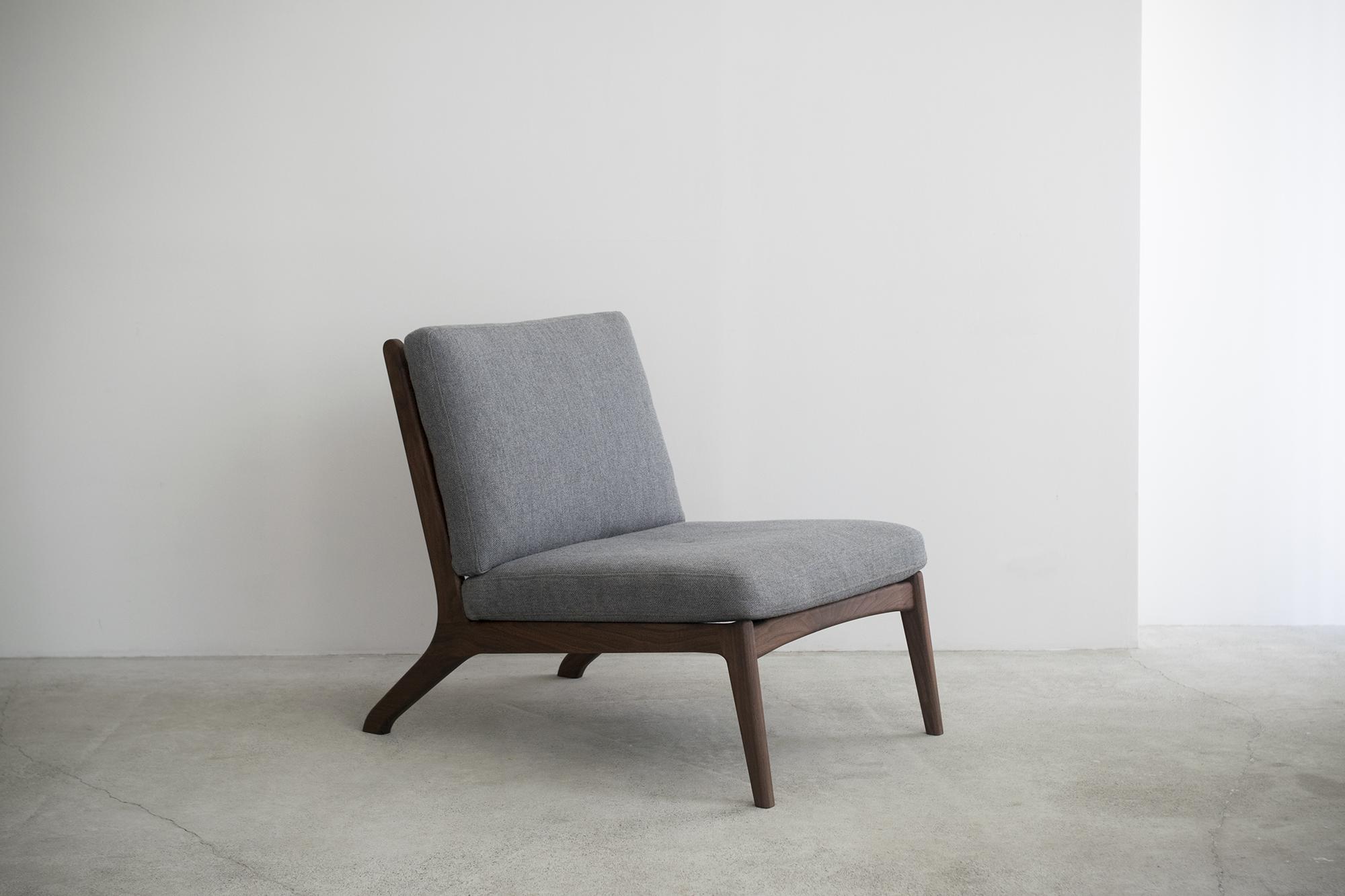 木製フレームにやわらかなシートを組み合わせた、くつろいで座るためのソファ