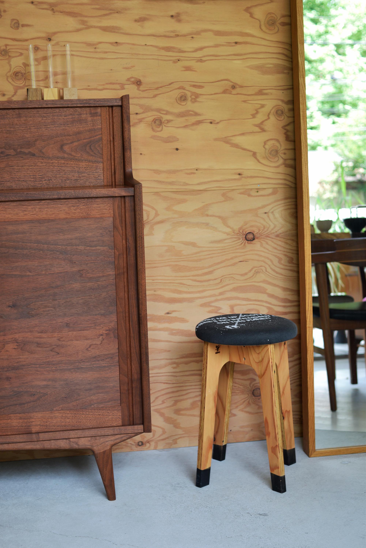 針葉樹合板の脚に古着のTシャツを座面に張った木製スツールです