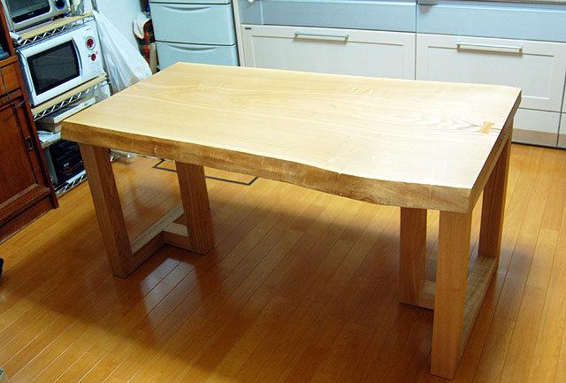 チギリが入ったタモ一枚板天板ダイニングテーブルご納品の様子です