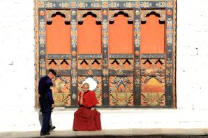 Monk and a police officer having a chat