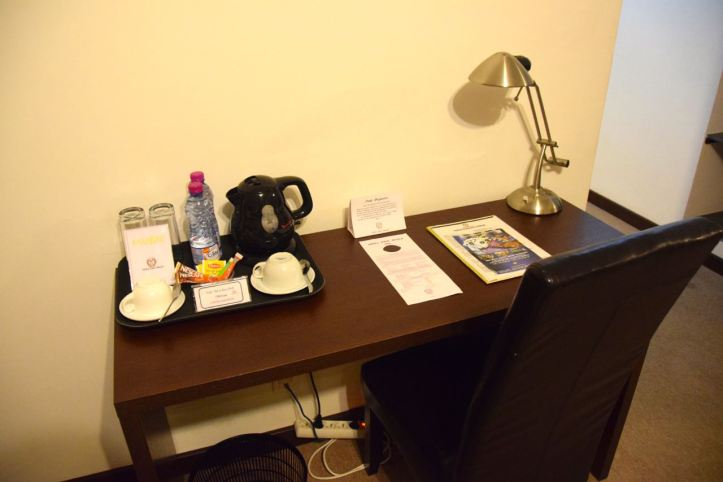 hotel-palm-beach-room-desk
