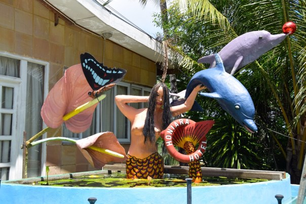 hotel-honiara-entrance-sculpture